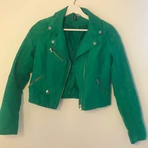 """Grön """"mocka""""jacka från Hm i bra skick. Mycket klarare grön färg i verkligheten men svårt att fånga på bild och aningen croppad hamnar ungefär nedanför midjan. Köparen står för frakten."""