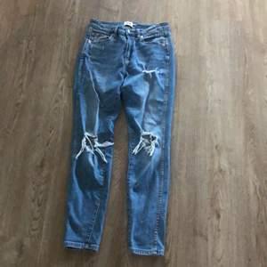 Fina ripped jeans ifrån lager157. Som nya. Stl M men passar även S snyggt tror jag! Nypris-300kr. Mitt pris 95kr
