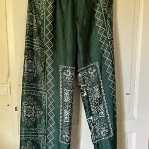 Ett par gröna bandana byxor från zara, säljer dessa för att dom är för stora o för långa för mig som är 1,63