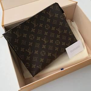 Intressekoll på Toiletry Pouch 26 från Louis Vuitton, finns två styckena! Äkta läder! Ser exakt ut som en äkta, inga slitningar eller skador. Helt ny, nypris köptes för 1299kr då det är toppkvalité. Endast dessa bilder finns!