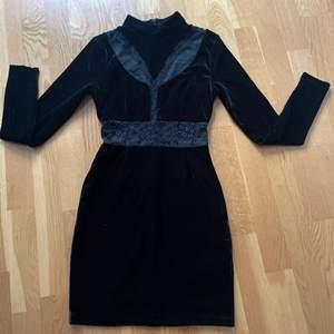 Svart sammetsklänning stl S, i nyskick 150 kr, köparen står för frakten