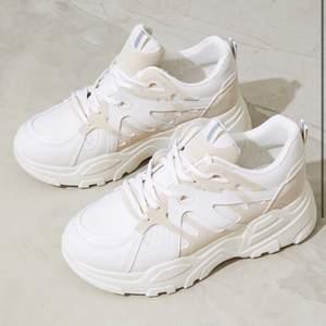 Beiga och vita sneakers från prettylittlething. Skitsnygga men säljer pga dålig användning. Använd dessa 1 gång. Storlek 8 (41) frakt tillkommer!