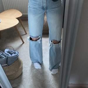 Säljer mina jättefina zara jeans då de inte längre kommer till användning. Använda ett tiotal gånger men i väldigt bra skick. Klippta för att passa någon som är ungefär 165. Skriv privat om du vill ha fler bilder, är intresserad eller har andra frågor!💗💗