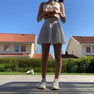 Säljer min superfina tennis kjol från asos misguided då jag har en till lika Dan, den är helt oanvänd och i superskönt material, sitter perfekt i midjan och går ungefär ner till mitten av låret nypris var 300 kr och säljer nu för 200 (köpare står för frakt och betalning sker via swish)