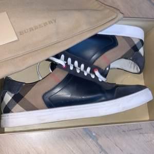 Hej jag säljer nu mina burberry skor efter lite användning i storlek 45. Köpte ny från NK för runt 4600 säljer dom för 3000 eftersom att jag har andhämtning dom några gånger. Skriv vid intesse eller frågor