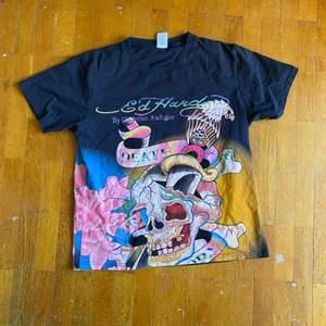 Ed hardy T-shirt med print på hela tishan väldigt rare Size är en M sitter som en kort L