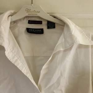 Fin vanlig plain vit skjorta