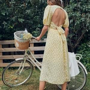 Så fin klänning som jag råkade beställa två av. Aldrig använd!🥰
