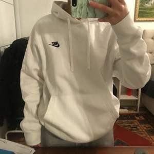 Säljer vidare denna hoodie då den inte satt som jag ville! 💞📦 postas spårbart för 66kr som tillkommer!