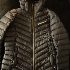 Säljer min Peak performance jacka då jag redan har fler peak jackor. Stl. M. Buda för hur mycket du vill köpa den för