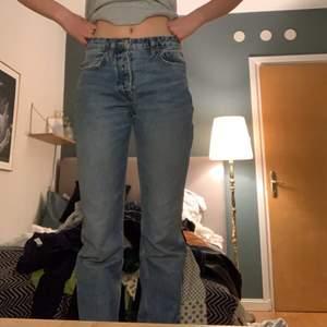 Dessa jeans från zara som just nu är så poppis. Använda av mig 1 gång och är i jättefint skick! Samma modell som på sista bilden. Jag är 170 cm oh de går ner till marken på mig. Skriv för fler bilder, frakt 60kr
