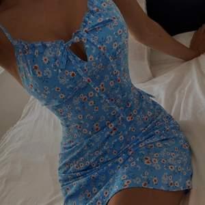 En jättesöt blå klänning med knytning framtill, den är i strl 164 (barnstolek) men skulle säga att den passar en XS perfekt, klänningen sitter åt och man får jättefin kropp i den.