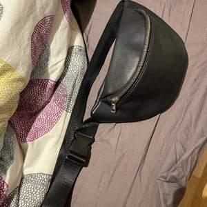 Snygg väska från Ur&penn att ha i midjan eller över sig, använd fåtal gånger.