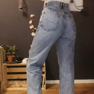 De perfekta blåa raka jeansen! Storlek 32-34 (fungerar även på mig som är en 36) väldigt lika Levis 501!