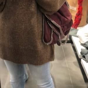 Fin Stella McCartney väska i modellen fallabella i mellan storleken! Så fin och unik förg!