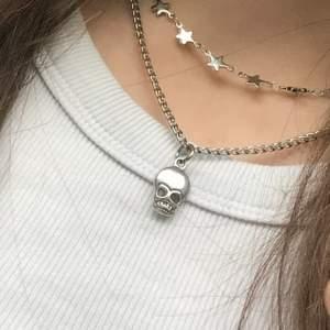 15% PÅ ALLA SMYCKEN Olika halsband i rostfritt stål. Stjärnkedja-99kr, kedja med döskalle-129kr, kedja med tre stjärnor-139kr, kedja med smultron-139kr. Finns att köpa på @smycken100 på instagram eller beställ här❤️ Köper du smycken av värde 200kr eller mer får du gratis frakt!