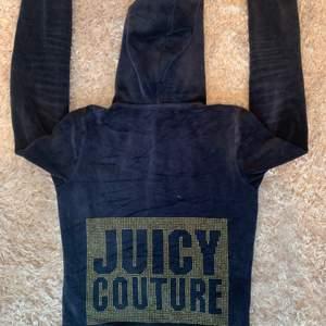 ‼️LÄS NOGA‼️ Jätte fin Zip-hoodie från Juicy Couture som jag tyvärr inte använder längre. Den är lite sliten men inget som märks. Alla pärlorna sitter fortfarande kvar på ryggen. Jag säljer denna för 130 kr + frakt (frakten kan diskuteras beroende på hur mycket det väger)