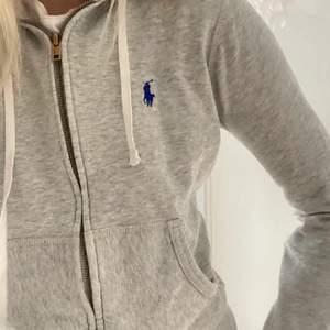 En super snygg ralph lauren hoodie i väldigt bra skick 💕💕 storlek s 😍😍
