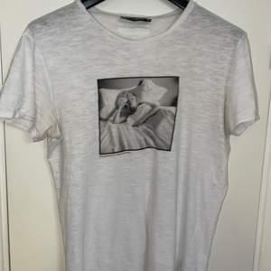 Säljer min Dolce & Gabbana tröja i fint skick då jag aldrig använder den. Kan gå ner i pris vid en smidig affär!