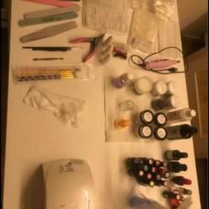 Ett helt nagelkit för akrylnaglar.     ⭕️Säljer allt tillsammans ingenting separat⭕️  Detta ingår: •Semilac uv lampa  •elfil med olika storlekar •slimmad bordslampa (behöver ev monteras snart byta ledlampa) •utsug med en påse •4 akrylpulver från NAGELGIGANTEN i färgerna clear, white, cover pink, och pink alla 23 g fyllda •4 andra akrylpulver i clear, pink och white 3 innehåller 30 g men är lite använda och den fjärde är 24 g och lite använd  •svart akrylpulver från Silcare 4 g •odorless akrylvätska från nagelgiganten helt ny •akrylvätska med mangolukt 50 Ml lite under hälften kvar  •15 gellack/hybrid från silcare •2 primer  •top base gel nagelgiganten  •base gel silcare •dekoration små frukter  • 3 st lim 3g styck lite använda •1 nagelklippare rosa •10-13 nageltipp paket med olika tippar (genomskinliga, vita m.m.) •visningstippar •nagelfil och buff •akrylborstw rengörare lite använd men mer än hälften kvar  •2 lådor att ha grejerna i (syns ej på bild)  •nail cleaner lite använd •nail cleaner blå helt ny •akrylvätska behållare liten •nagelbandsolja strawberry ny  •träningsfinger ALLT SÄLJES TILLSAMMANS FÖR 2500kr. Först till kvarn Allt du behöver för att göra naglar