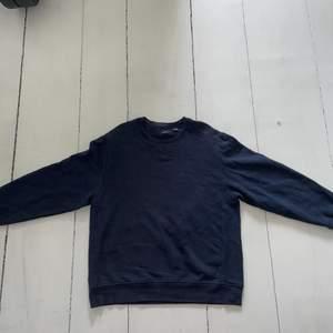 Skick: 8/10.                                                                         Vanlig blank sweatshirt, storlek XL men fungerar lika bra på L.