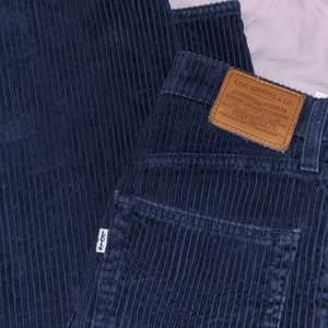 Marinblåa manchesterbyxor från Levis! Vida ben och hög midja, långa på mig som är 170 💕 fint skick, bara använda ett fåtal gånger☺️