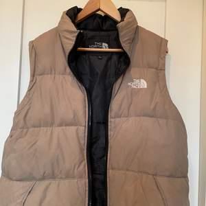 säljer min beige north face väst i fint skick, STARTPRIS 700kr BUDA!! det är en L/XL i barnstorlek men passar som en dam S, säljer direkt vid 1500kr💕💕