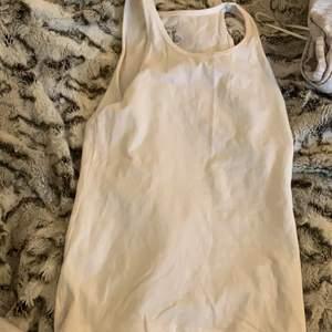 Vanligt vitt linne köpt på lager 157 för längesen. Inga fläckar eller ngt liknande💕 Köparen står för frakten