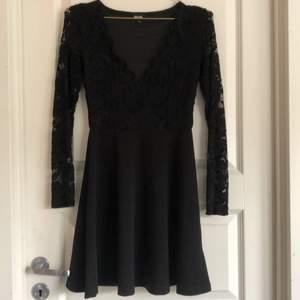Svincool svart klänning från bubbleroom!! Endast testad säljer för 80kr. Sömmen mellan spetsen och innertyget har gått upp på ca 1cm på insidan men det är inget som märks av. Spårbar frakt