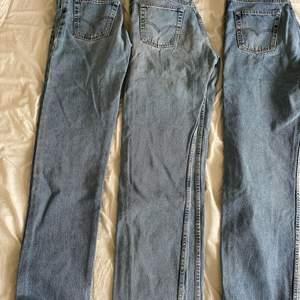 Tre snygga Levis jeans med relativt lös passform. Dessa är rustika riktiga jeans som jag hittade hemma hos min mormor men i väldigt fint nyskick. De är väldigt långa så passar långa men även kortare beroende på vad man vill ha för passform såklart! 400kr styck! Eller budgivning vid fler intresserade. (Storleken är ish då jag inte hittar någon storlek på plaggen)