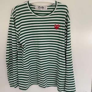 Snygg grön randig commes des garcons tröja, endast använd 4 gånger så i nyskick! Strl L men skulle säga att den är lite mindre i strl. Fler bilder kan skickas privat. Nypris 1400 mitt pris 800❤️