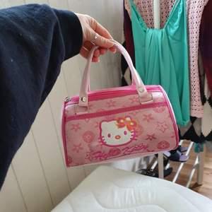 +40kr frakt! Hur gullig är inte denna rosa lilla hello kitty väska 😍. Den har två fack och en broderad hello kitty! Skriv om du är intresserad eller har några frågor! 🥰