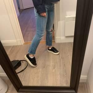 säljer dessa lågmidjade kickflare jeansen från crocker. bra skick! klippt hålet på knät själv. skriv för fler bilder! köparen står för frakt💘