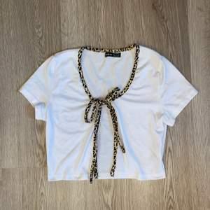 Skitsnygg tröja med knytning. Leoparden är i jätteskönt material och tröjan är i vanligt tshirt material. Storlek M men tycker de är mer xs-s. 🐝🖤 står ej för frakten