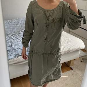 Militärgrön klänning strl M-L