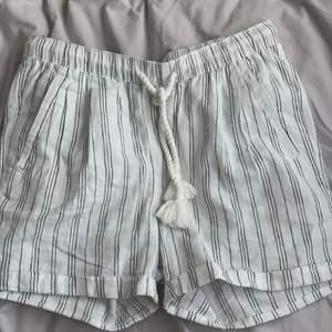 Vita shorts med svarta ränder i linnematerial, snöre i midjan så de går att dra åt! Bra skick och använda ett fåtal gånger 💖 Säljer för att de inte kommer till användning 😊 fick dem av min syster så vet tyvärr inte vart de är köpta då det inte heller finns någon lapp i  💕