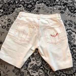 Fräscha shorts från Dobber, står ingen storlek men känns som en 25/26 eller en XS. Super snygga och i perfekt skick!