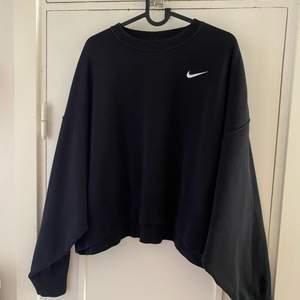 Säljer min Nike sweatshirt i storlek S. Använd 1-2 gånger.