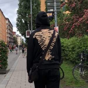 Svart hoodie med dragkedja med sjukt snygg tryck som är en blekning av skelett på ryggen. Finns tillgängligt i alla storlekar (XS-XL). Frakt tillkommer på 66kr, kan annars mötad upp i Stockholm 🦋