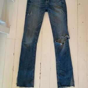 jättesnygga super stretchiga hollister jeans. Jättebra passform. Har varit mina favorit jeans i mer än två års tid därav väl använda men inget man märker. Lågmidjade och trendiga. Klippta där nere så man får straight leg/bootcut. Säljs pga för små.💞💞💞💞💞💞