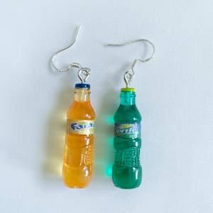 Fanta och Sprite flaskor Örhängen i nyskick, oanvända, S925 krokar 🥤 65kr/par eller 120kr för 2 pair, inklusive frakt 🦄🌈