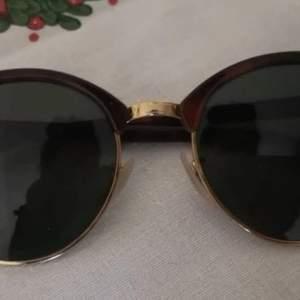 Svarta Ray-Ban clubround solglasögon som passar unisex dvs både killar och tjejer och de är i väldigt bra skick och har knappt blivit använda utan endast provade. Pris kan diskuteras vid snabb affär