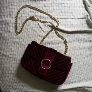 handväska i sammet med gulddetaljer, frakt 66kr.