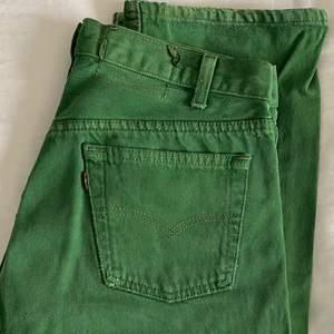 Säljer endast vid bra bud. Gröna vintage Levi's 501 jeans i jättefint vintage skick. Dem är str 31/32 men sitter mindre, jag har storlek w25 som referens. Dem perfekta raka och långa baggy jeansen, säljer pga pengabrist. Frakt tillkommer