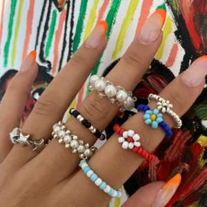 Handgjorda pärlade ringar- Den perfekta sommaraccosearen!                Går att beställa i de allra flesta olika färger, tveka inte för att höra av er!💞.                                                                                        Enkel pärlad ring i ståltråd eller elastisk tråd:- 35kr.                           Pärlade ringar med blommor:- 49kr                                                     Stjärnor eller pärlor:- 89kr    ⚡️ERBJUDANDE JUST NU: köp 4, få det billigaste på köpet!⚡️
