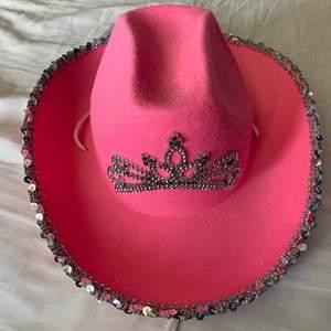 Jätte gullig cowboy hatt köpt från amazon för ungefär 100kr. Tror den är köpt från barnavdelningen, omkretsen är 50-55cm, men jag är rätt så säker på att den passar om man är upp till 100. Bra skick och tiaran kan även lysa olika färger, dom vita banden går att fixa med. Skriv om du är intresserad så bestämmer vi pris tillsammans, +frakt (inte säker på priset av frakten än men det kollar jag upp innan betalningen) <3