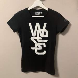 WESC svart t-shirt i mycket fint skick! Storlek XS. PostNord spårbar frakt 51kr, kom ihåg att jag erbjuder paketpriser samt samfrakt