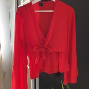 Här är en väldigt snygg blus i rött! Köpt på ginatricot och tycker verkligen om den här blusen dock kommer den väldigt sällan till användning! En blus i storlek S med knytband längs midjan!