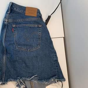 Säljer en Lewis kjol som är använd cirka 6 gånger, den är en m men funkar ändå som en s och inga tecken på användning