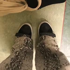 Svarta sneakers från Kaporal i modellen Luna. Skorna är köpte i oktober förra året för ca 700kr. Dem är  använda men i fint skick och det är få slitningar på dem,( skickar bild vid intresse). Dem kommer tyvärr inte till användning längre då jag tröttnar på dem, och känner att dem förtjänar att bli använda av någon annan🤩.